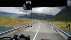 Vägen längs sydkustsikten från bussen iceland stock video