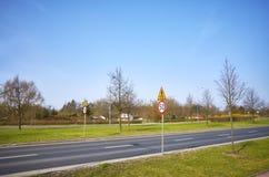 Vägen med 50 km per timmehastighetsbegränsning undertecknar Arkivbilder