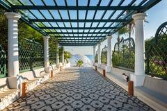 Vägen med pergolan till kupolen i Kalithea Rhodes, Grekland - smsa traen royaltyfri foto