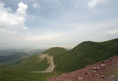 Vägen mellan berget Royaltyfri Bild