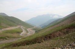 Vägen mellan berget Arkivbild