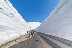 Vägen mellan snöväggen av Tateyama Kurobe den alpina rutten eller Arkivfoton
