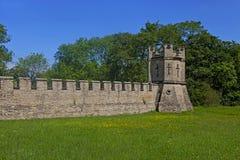 Vägen och den stärkte väggen på slotten Howard i North Yorkshire arkivfoto