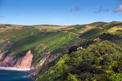 Vägen och den turist- banan längs den sceniska norr Devon royaltyfri fotografi