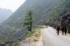 Vägen på den Dong Van sten-platån, Viet Nam Arkivfoton