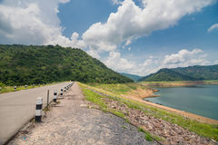 Vägen runt om fördämningen, Khun Dan Prakan Chon Dam View Royaltyfri Bild