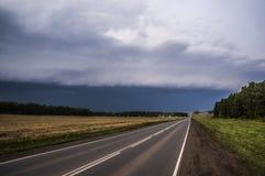 Vägen som leder in i stormen Arkivbild