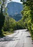 Vägen som leder till bergkloster fotografering för bildbyråer