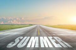 Vägen som leder till en varm sommar på horisonten, är aftonhimmel Väntande begrepp för semester arkivfoto