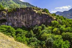 Vägen som leder till kloster av Haghpat i berg i, vaggar Arkivbilder