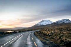 Vägen som monterar Errigal royaltyfri foto