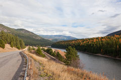 Vägen spårar, och floden Royaltyfri Fotografi