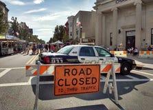 Vägen stängde sig till till och med trafik, gatamässan för den arbets- dagen, rutherforden som var ny - ärmlös tröja, USA arkivbild