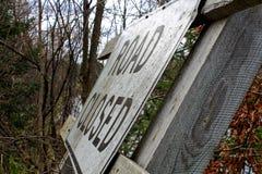 Vägen stängde sig undertecknar in skogen som lokaliserades i Hayward, Wisconsin Arkivbilder
