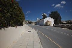 Vägen till byn av Peyia i Cypern i sommaren Arkivfoto