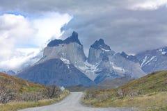 Vägen till Cuernos del Paine i nationalpark av Torres del Paine i Chile Arkivbild