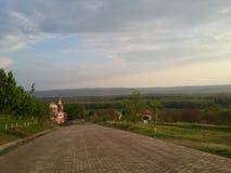 Vägen till den ortodoxa kyrkan i Moldavien Costuleni Arkivfoto