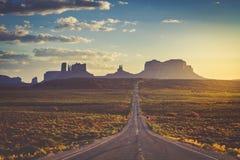 Vägen till den stam- monumentdalnavajoen parkerar Arkivfoton
