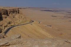 Vägen till Eilat som stiger ned till Ramon Crater Royaltyfria Bilder