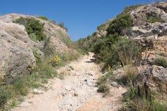 Vägen till en övergiven slott överst av ett berg i Spanien Royaltyfri Bild