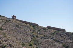 Vägen till en övergiven slott överst av ett berg i Spanien Arkivfoton
