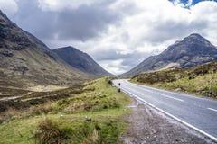 Vägen till Glencoe i de skotska högländerna royaltyfria foton