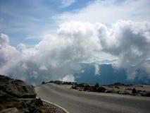 Vägen till ingenstans på en bergöverkant royaltyfria foton