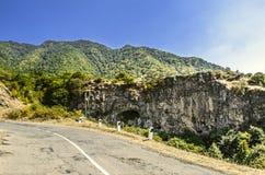 Vägen till kloster av Haghpat i berg med medeltida grottor i vaggar Royaltyfri Bild