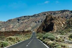 Vägen till och med bergen Arkivfoto