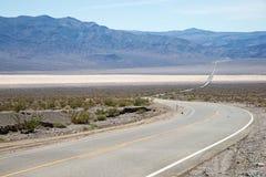 Vägen till och med Deathet Valley Royaltyfri Foto