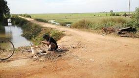 Vägen till och med Tonle underminerar, Cambodja arkivbild