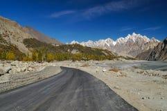 Vägen till Passu i nordliga Pakistan Royaltyfri Foto