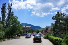 Vägen till semesterortstaden av Koktebel omgav vid träd och vilar av folk Royaltyfri Foto