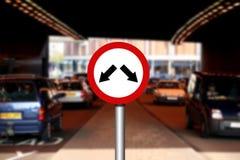 Vägen trafikerar undertecknar royaltyfria foton