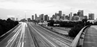 Vägen verkar för att konvergera i stadens centrum stadshorisont Houston Texas royaltyfria bilder