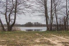Vägen vid sjön på en molnig regnig dag Royaltyfria Bilder