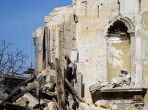 Vägg av övergiven förstörd byggnad med nischen för skulptur Arkivbild