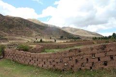 Vägg av Adobetegelstenar i det Peru landskapet Arkivbild