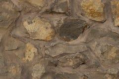 Vägg av cementerade stenar av olika format royaltyfri bild