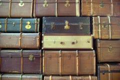 Vägg av de retro resväskorna Royaltyfria Bilder
