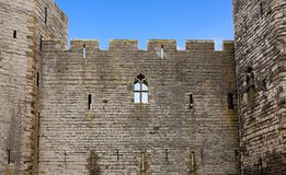 Vägg av den Caernarfon slotten, Wales, UK arkivbilder