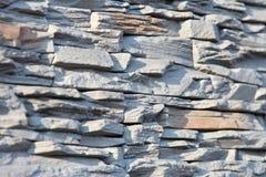 Vägg av den dekorativa stenen i grå färger Grunt djup av fältet, abstrakt bakgrund Royaltyfria Bilder