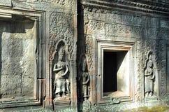 Vägg av den forntida Apsara statyn på tempelet för Ta Prohm arkivfoton
