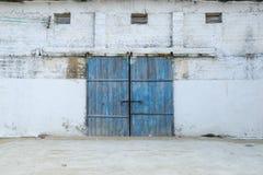 Vägg av den forntida träladugården med dörren Royaltyfri Bild