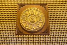 Vägg av den guld- Buddha Royaltyfri Foto