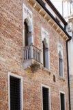 Vägg av den medeltida palazzoen på contra porti för gata Arkivfoto