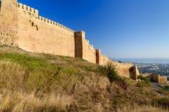 Vägg av den Naryn-Kala fästningen och sikt av den Derbent staden arkivbilder