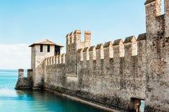 Vägg av den Scaliger slotten i Sirmione, Italien Royaltyfri Foto