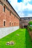 Vägg av den Sforza slotten Castello Sforzesco i Milan, Italien royaltyfri foto