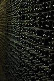 Vägg av den tomma vinflaskan royaltyfria bilder